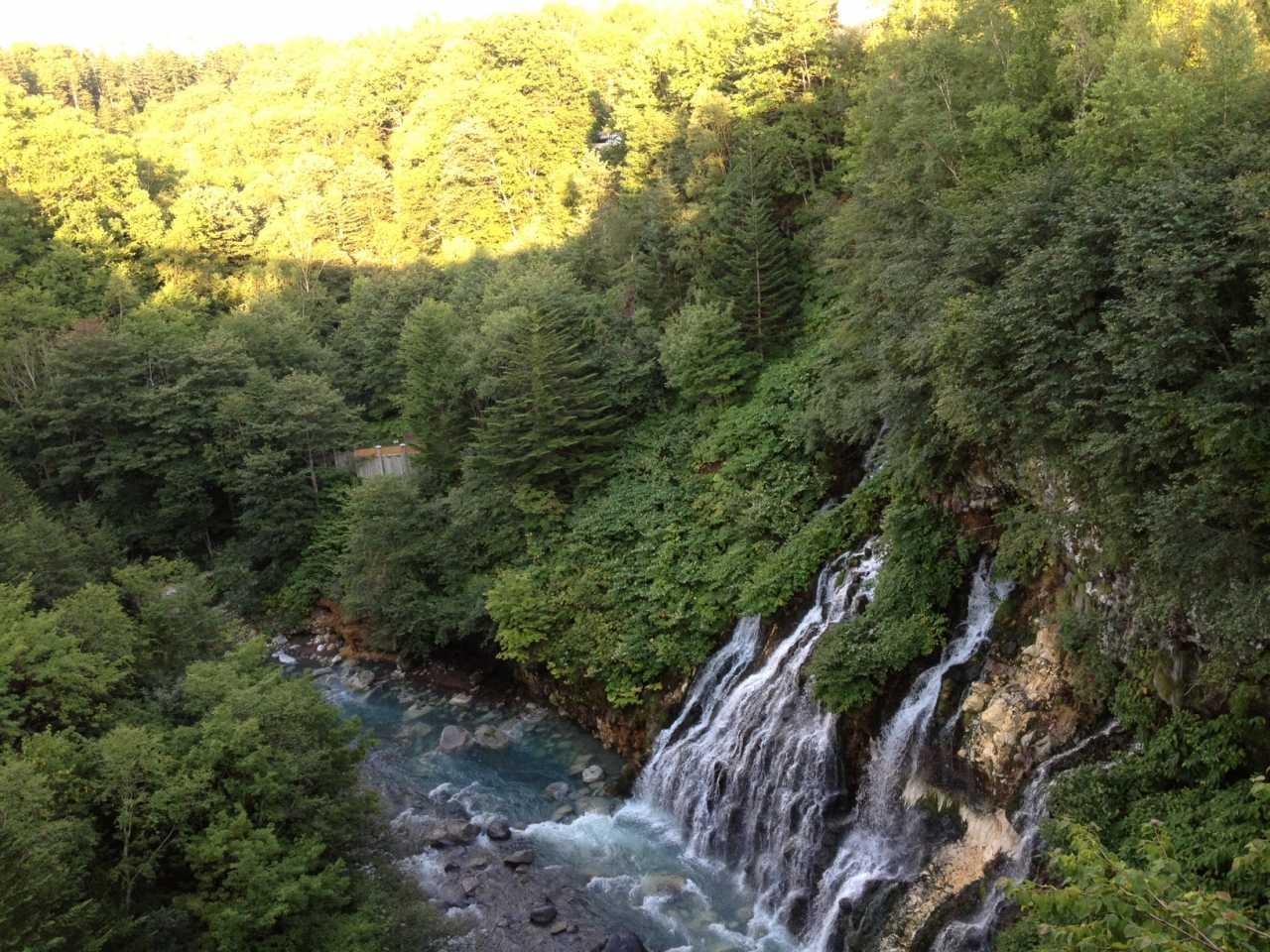 ▲ 滝が渓谷へ注ぐ
