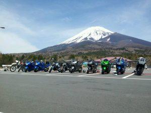 ▲ 富士山をバックにバイクの集合写真